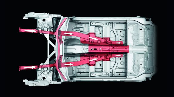 Lastpfade im Audi A8-Unterboden: Die Längsträger laufen mit dem Mitteltunnel zusammen
