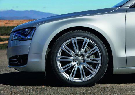 Audi A8: 20-inch wheel in ten-parallel-spoke design