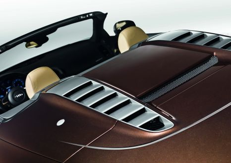 Audi R8 Spyder: convertible top compartment lid made from carbon-fiber-reinforced polymer