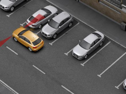 Parkassistent: Der Audi Q3 vermisst Lücken und steuert selbsttätig in sie hinein